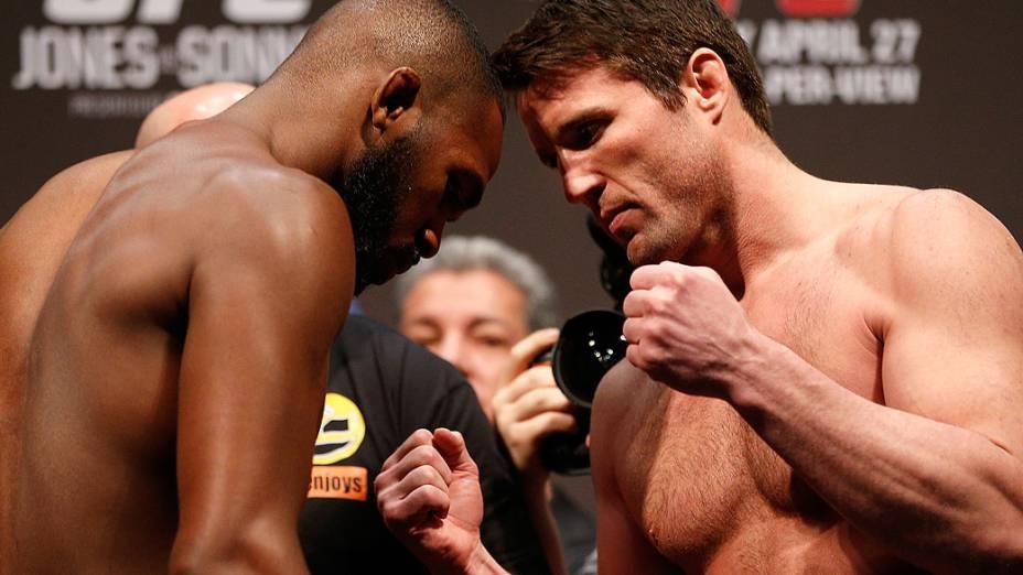 Jon Jones e Chael Sonnen durante pesagem do UFC 159 no Prudential Center, em Newark, Nova Jersey