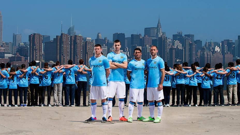 Jogadores do Manchester City apresentam a nova camisa para a temporada 2013/2014