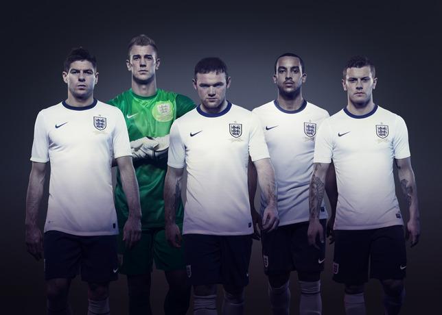 Jogadores apresentam o novo uniforme da seleção da Inglaterra