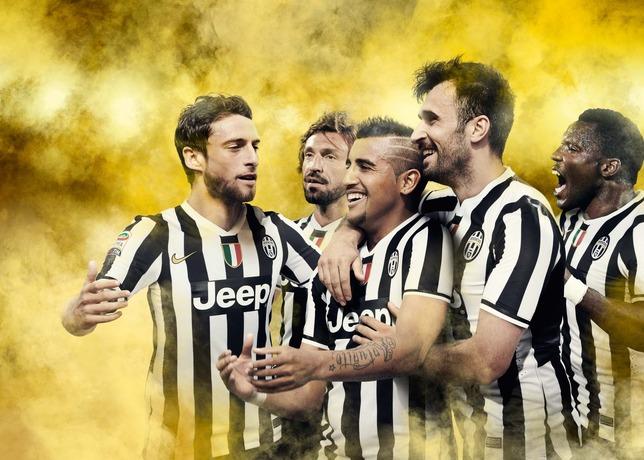 Jogadores da Juventus apresentam o novo uniforme da temporada 2013/2014