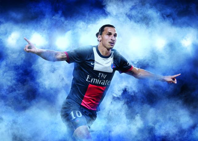 Jogadore Ibrahimovic apresenta o novo uniforme do Paris Saint-Germain temporada 2013/2014
