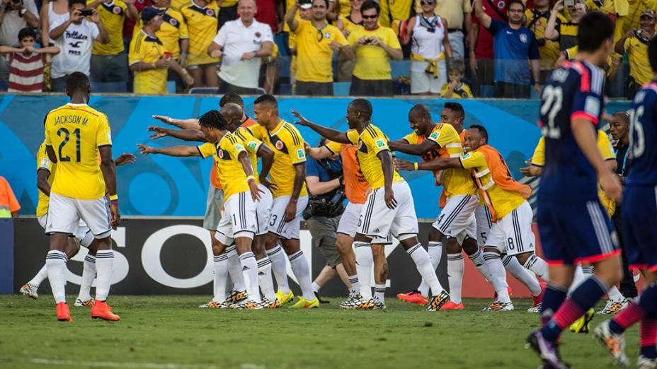 Jogadores da Colômbia comemoram gol marcado por Cuadrado contra o Japão na Arena Pantanal, em Cuiabá