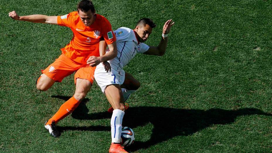 O chileno Alexis Sanchez disputa a bola com o holandês Stefan de Vrij no Itaquerão, em São Paulo