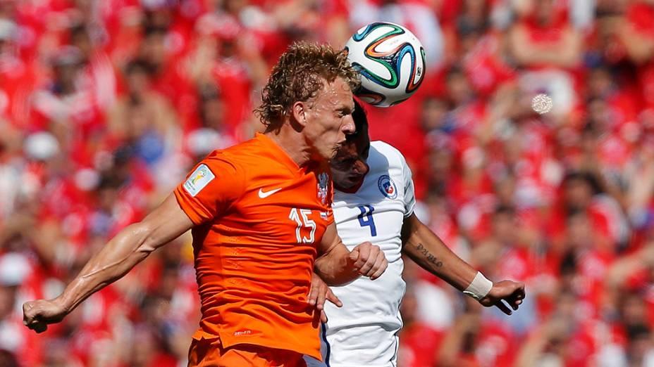 Jogadores disputam a bola de cabeça no jogo entre Holanda e Chile no Itaquerão, em São Paulo