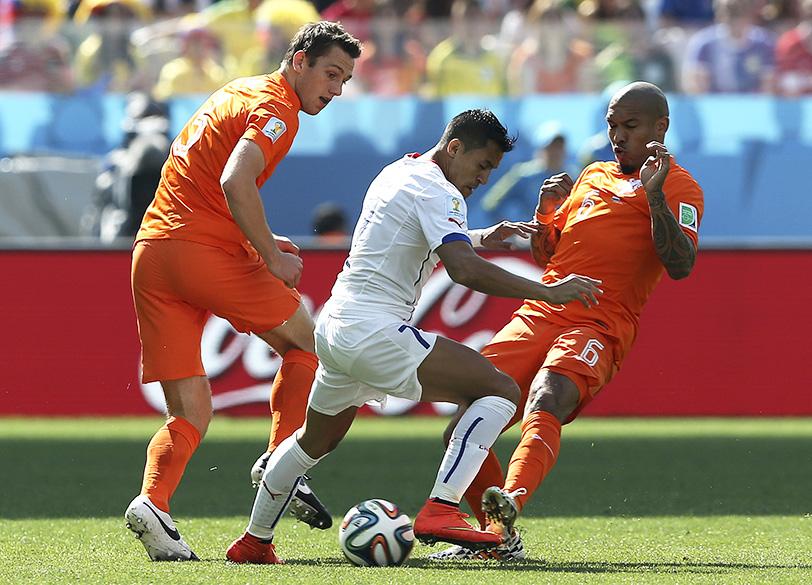 O chileno Alexis Sánchez é marcado por dois jogadores da Holanda no Itaquerão, em São Paulo