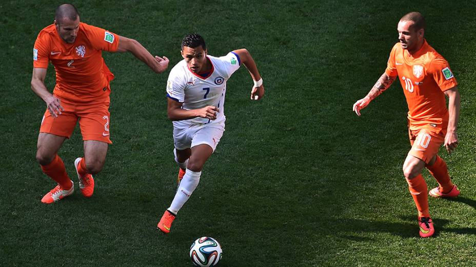 O chileno Alexis Sanchez é marcado por dois jogadores da Holanda no Itaquerão, em São Paulo