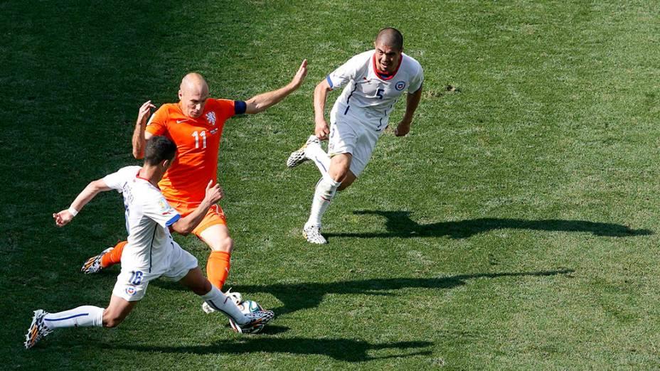 O holandês Robben é marcado por dois jogadores do Chile no Itaquerão, em São Paulo