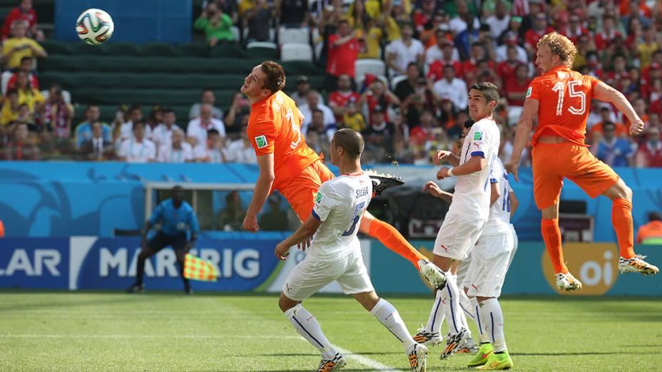 Lance de escanteio no jogo entre Holanda e Chile no Itaquerão, em São Paulo