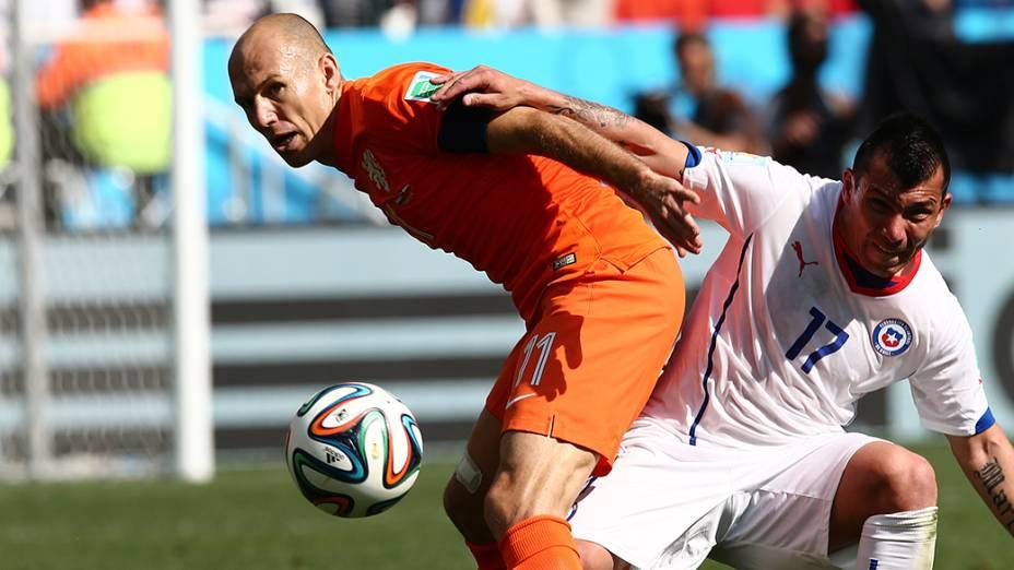 O holandês Arjen Robben é marcado pelo jogador do Chile no Itaquerão, em São Paulo