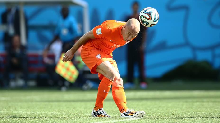 O holandês Arjen Robben cabeceia a bola no jogo contra o Chile no Itaquerão, em São Paulo