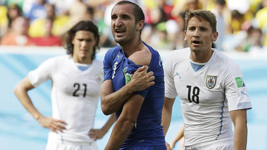 Zagueiro italiano Giorgio Chiellini reclama durante o jogo contra o Uruguai, na Arena das Dunas