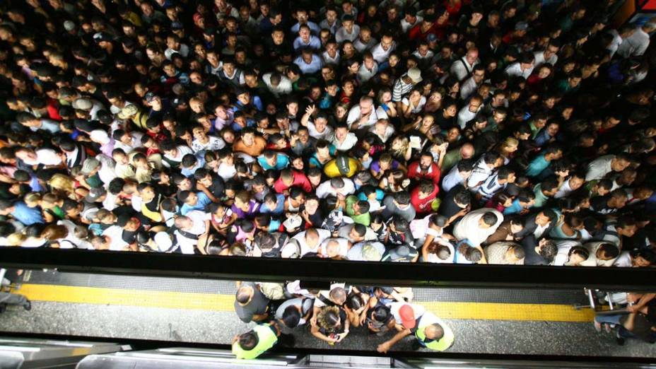 Usuários do metrô na estação Sé, em São Paulo