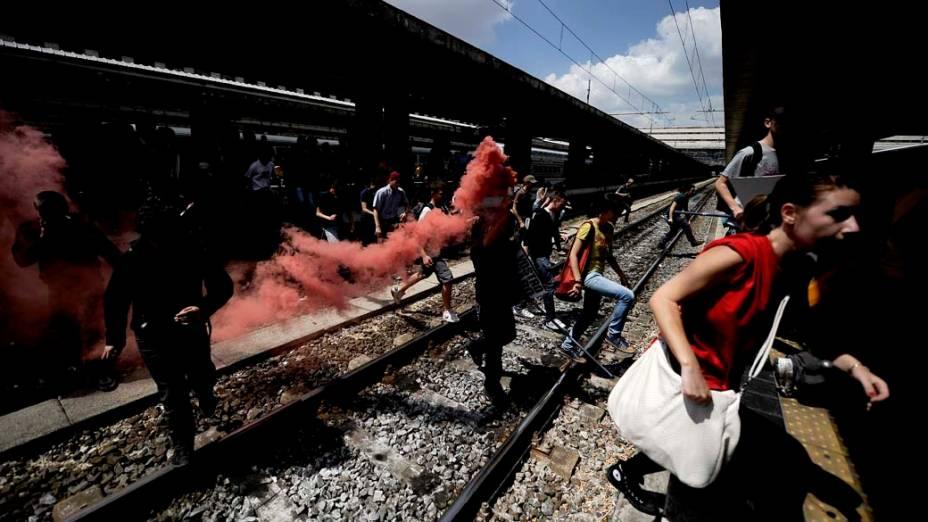 Em Roma, estudantes bloqueiam trens na estação Termini. Milhares de italianos do setor de transportes e funcionários públicos participaram de uma greve nacional, em protesto contra a atual situação econômica do país