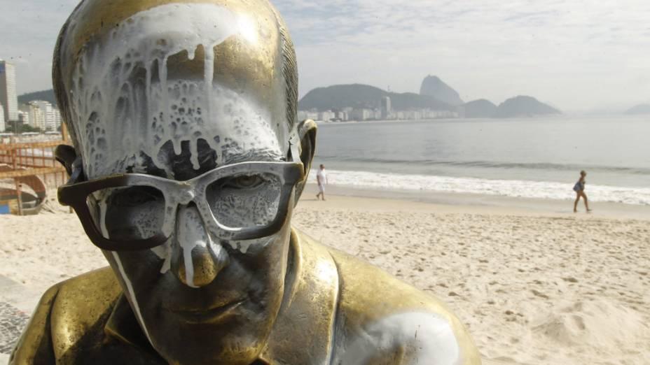 Estátua de Carlos Drummond de Andrade foi alvo de vandalismo mais uma vez