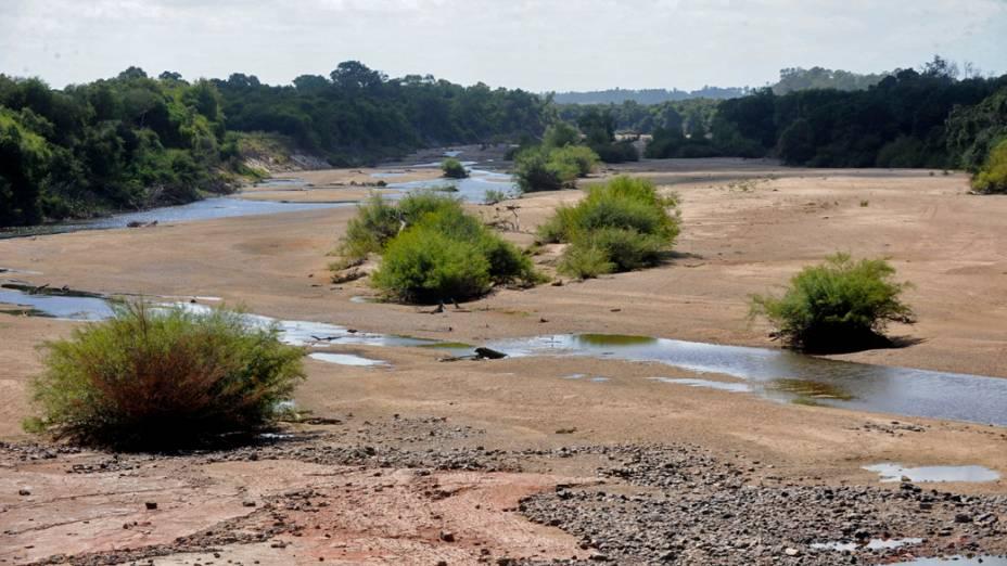 Na região central do Estado, o Rio Vacacaí se transformou em um pequeno córrego devido à seca que atinge o Rio Grande do Sul