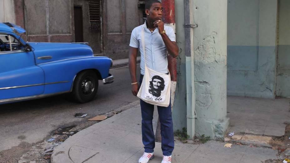 Estudante cubano carrega bolsa com estampa do líder revolucionário Che Guevara no primeiro dia de aula, em Havana