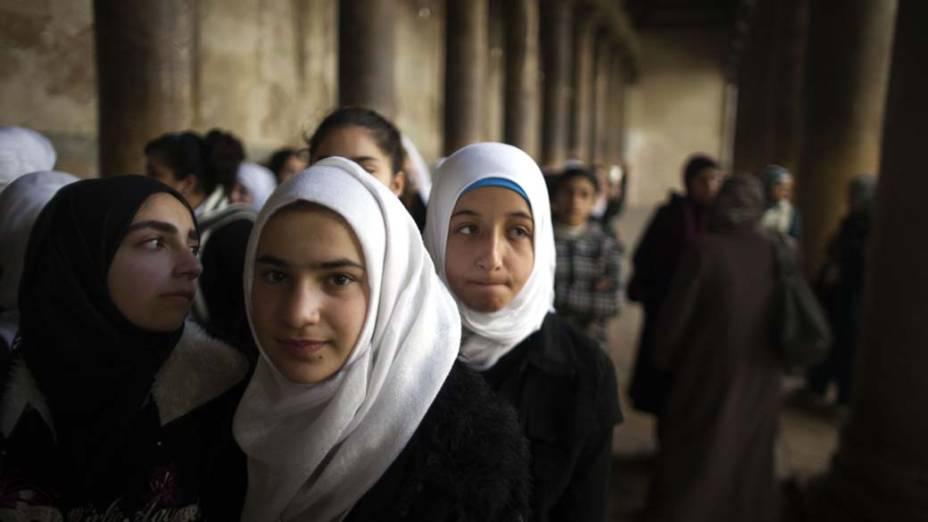 Estudantes muçulmanas visitam Igreja da Natividade em Belém, Cisjordânia