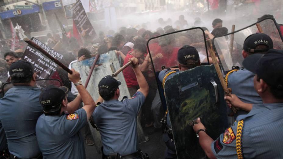Estudantes são dispersados pela polícia ao tentarem acampar na ponte Mendiola, entrada para o Palácio Presidencial em Manila, Filipinas