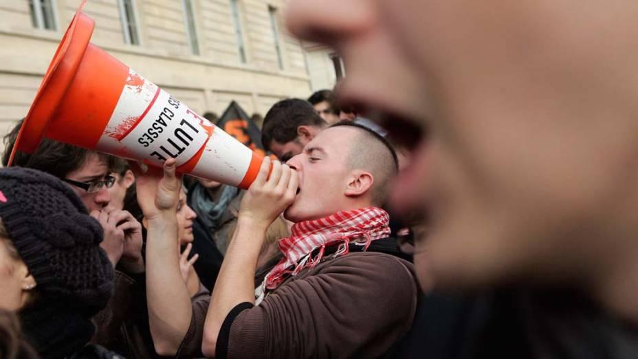 Estudantes universitários protestam contra a reforma da previdência em frente ao Senado francês em Paris
