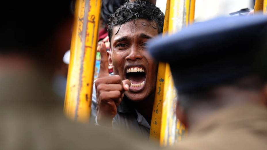 Protesto de estudantes da Universidade Sri Jayawardenepura pedindo que o vice-reitor N.L.A Karunaratne seja retirado do cargo em Colombo, Sri Lanka