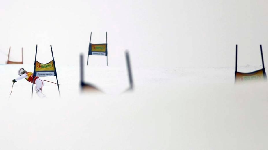 A francesa Tessa Worley participa de prova feminina durante a Copa do Mundo de Esqui na República Checa