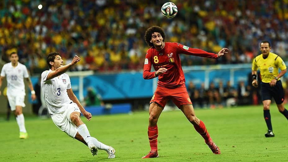 Fellaini, da Bélgica, cabeceia a bola no jogo contra os Estados Unidos