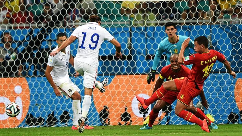 O americano Zusi chuta a bola contra o gol da Bélgica na Arena Fonte Nova, em Salvador