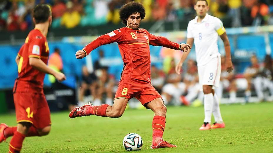 Fellaini, da Bélgica, chuta a bola no jogo contra os Estados Unidos