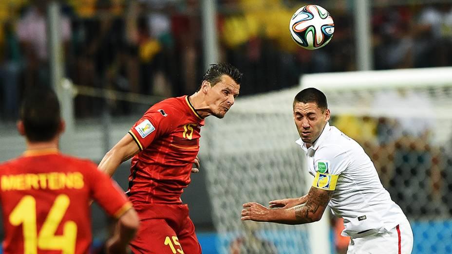 Jogadores de Bélgica e Estados Unidos disputam a bola na Arena Fonte Nova, em Salvador