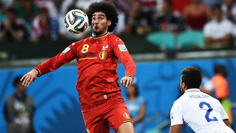 Fellaini, da Bélgica, mata a bola no peito no jogo contra os Estados Unidos