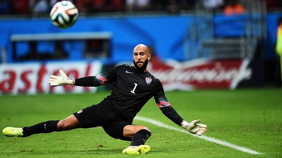 O goleiro Tim Howard, dos Estados Unidos, faz grande defesa no jogo contra a Bélgica