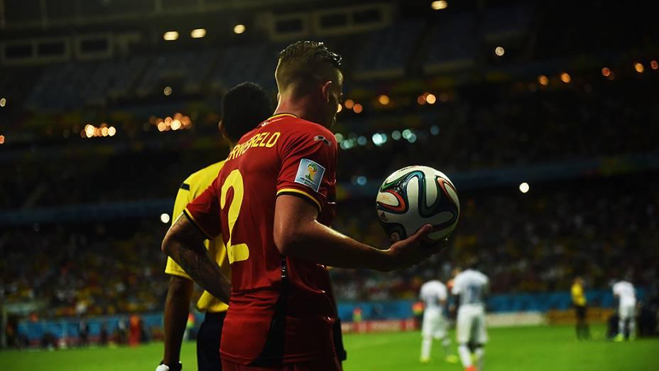 Jogador da Bélgica cobra lateral no jogo contra os Estados Unidos