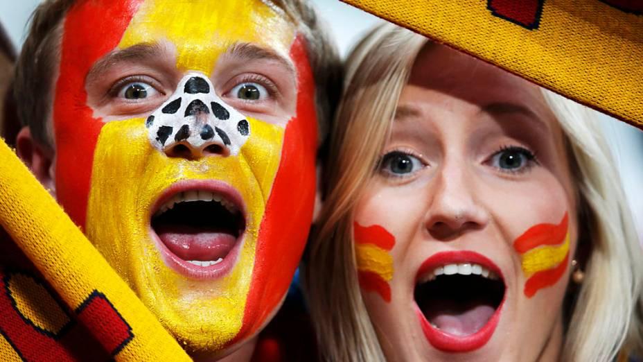 Torcedores espanhois aguardam início da partida válida pelas semi-finais da Eurocopa 2012 contra Portugal em Donetsk, Ucrânia