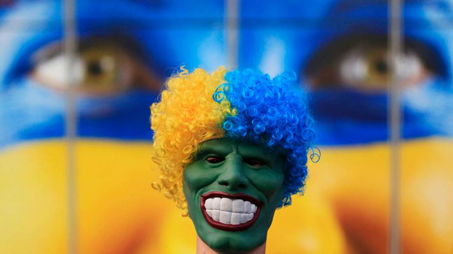 Torcedor de Portugal chega mascarado à Donbass Arena para partida válida pelas semi-finais da Eurocopa 2012 contra a Espanha em Donetsk, Ucrânia