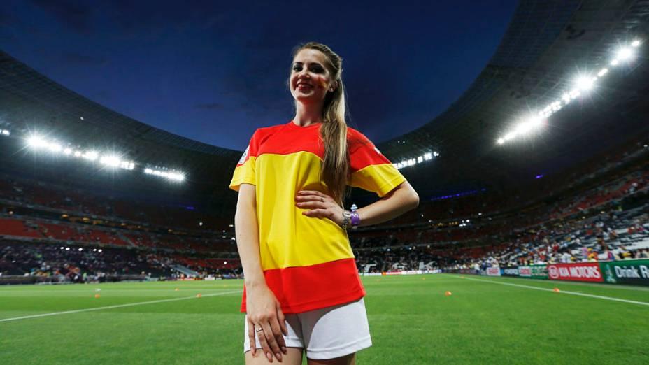 Dançarina vestindo camisa com cores da bandeira nacional da Espanha antes da semi-final contra Portugal na Arena Donbass, em Donetsk, Ucrânia