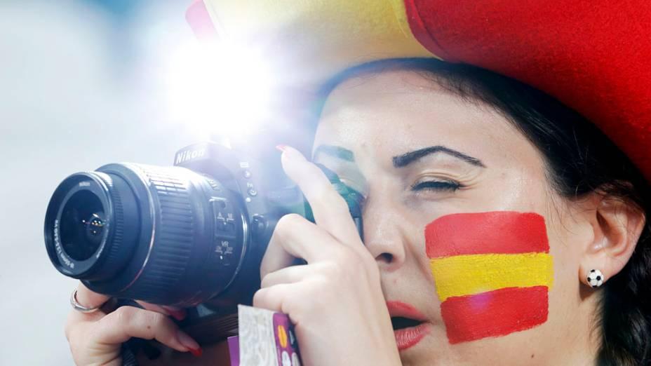 Torcedora espanhola fotografa antes do início da partida válida pelas semi-finais da Eurocopa 2012 contra Portugal em Donetsk, Ucrânia