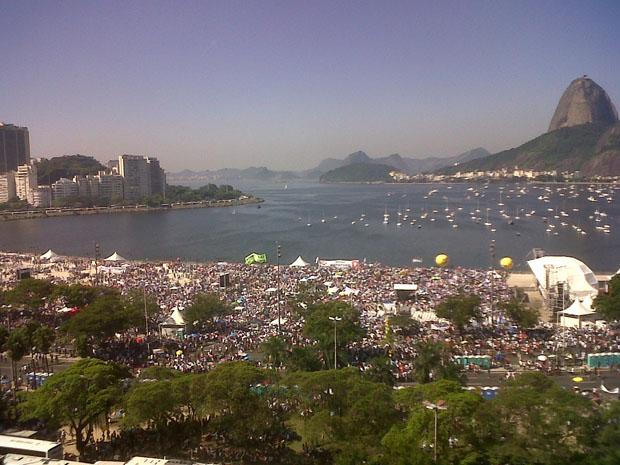 Evangélicos se reúnem na praia de Botafogo, no Rio.