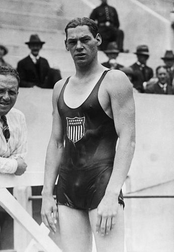 O americano Johnny Weissmuller, ganhador de cinco medalhas de ouro nos Jogos de 1924 e 1928, usava uma roupa inteira de algodão: molhada, ficava pesada e gelada.
