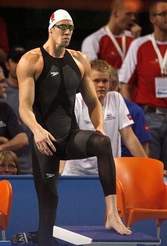 Em 2008, em Pequim, surgiu o LZR Racer. Além de cobrir quase todo o corpo, tinha painéis de teflon que reduziam o atrito em até 6%. Foi usado por Michael Phelps e Alain Bernard (foto)