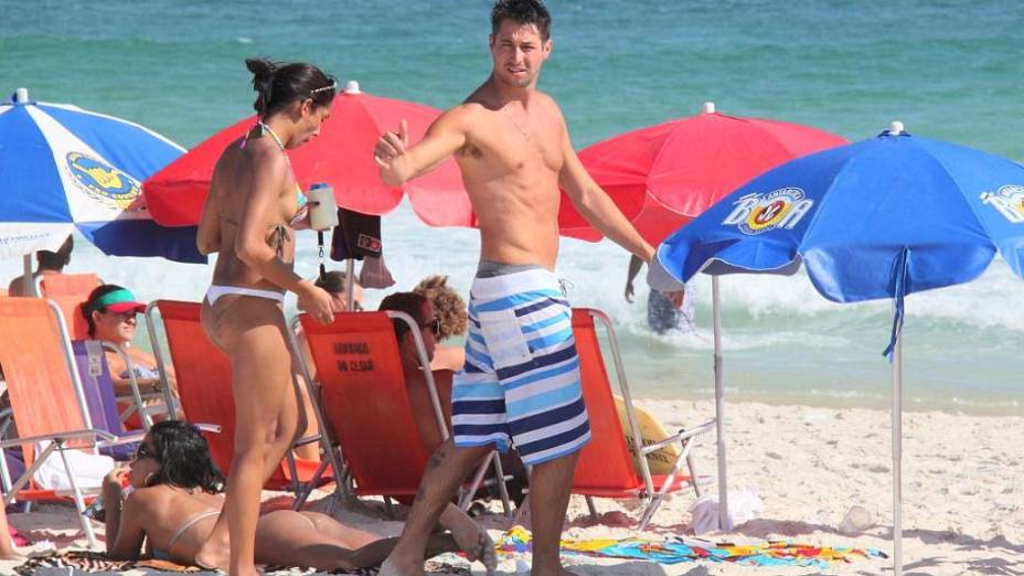 Ex-BBB Emanuel na praia da Barra da Tijuca