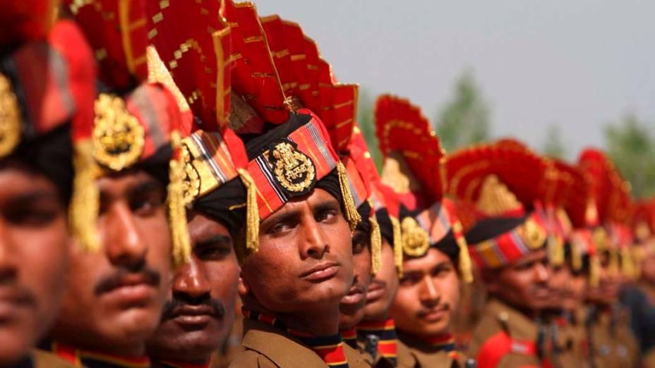Soldados da Força de Segurança de Fronteiras durante cerimônia para o ingresso de 188 novos recrutas em Humhama, na Caxemira indiana