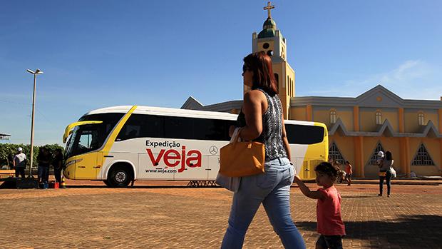 Expedição Veja estaciona ônibus na praça Sérgio Alvim Mota, no centro de Luís Eduardo Magalhães (BA)