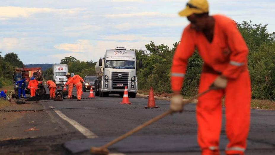 Obras de manutenção da BR-230, no Piauí