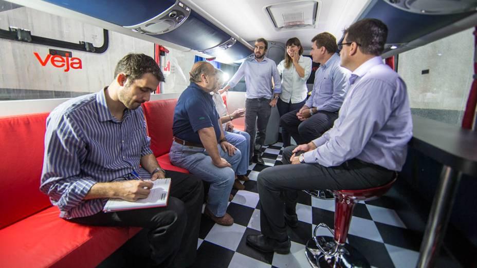 Equipe de Veja recebendo os empresários locais no lounge do ônibus da expedição, no centro industrial  Perini Business Park, em Joinville