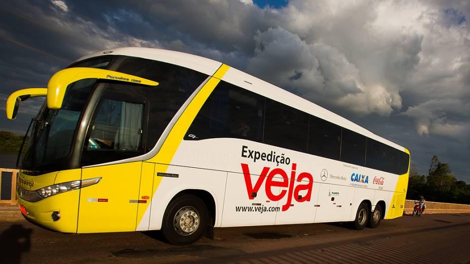 Expedição Veja. Na foto o ônibus da expedição Veja passa na ponte sobre Rio Coxim no Mato Grosso do Sul