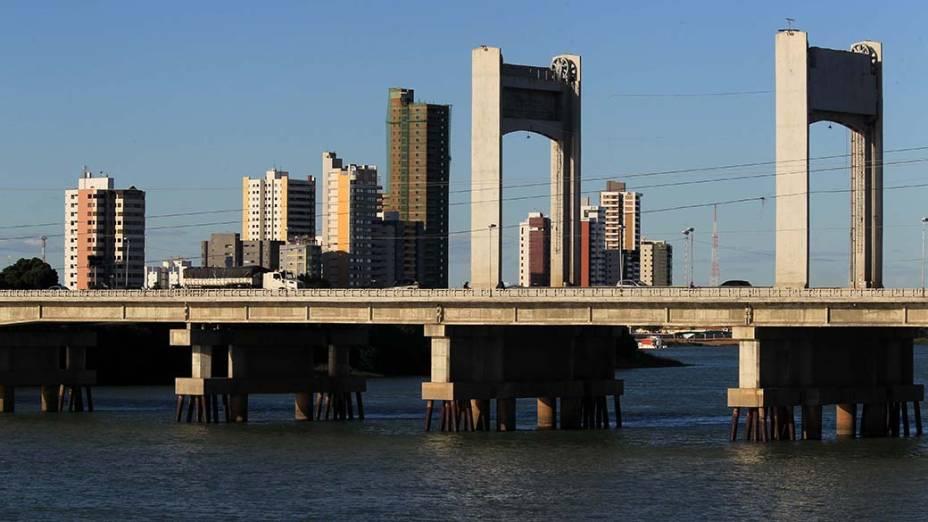 Ponte Presidente Dutra, sobre o rio São Francisco, liga Petrolina (PE) a Juazeiro (BA)