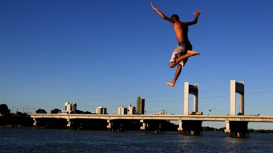 Garotos brincam no rio São Francisco. Ao fundo, a Ponte que liga Petrolina (PE) a Juazeiro (BA)