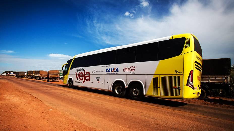 Expedição Veja. Na foto caminhões esperando para descarregar adubo, na BR 164 próximo de Rondonópolis (MT)