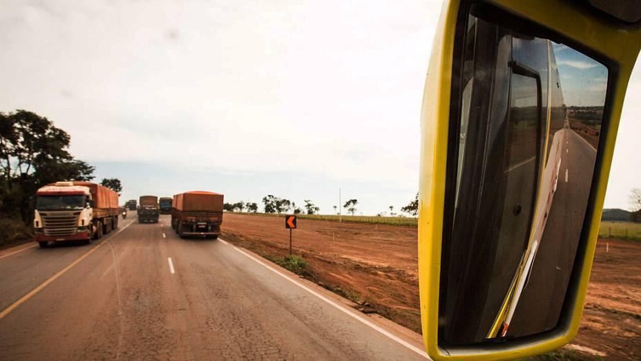 Expedição Veja. Caminhões na BR 164 próximo de Rondonópolis (MT)