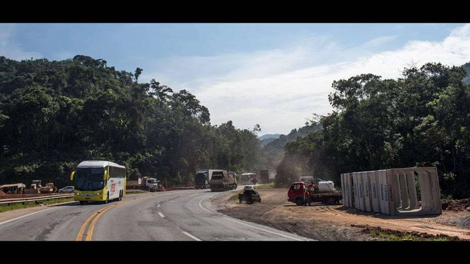 Ônibus da Expedição Veja passa pela Serra do Cafezal, trecho mais perigoso da Regis Bittencourt